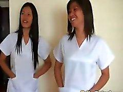 Twee sexy Filipina verpleegkundigen geven speciale aandacht aan geluk mannelijke toerist