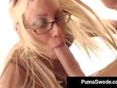 Kuuma Amazon Puma Swede Squirts kun kusipää syvällä hänen kurkkunsa