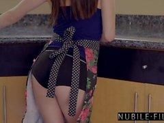 Namoradas da faculdade foda e esguicho no balcão da cozinha S24: E1
