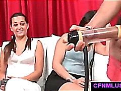 Парень с пениса стимул торами дрочит во CFNM шоу