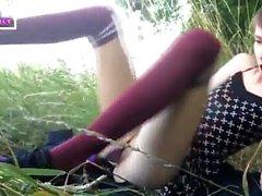 ninfomaníaca se masturba na grama