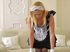 La bella Zafira domina e sculaccia la sua sexy cameriera Lindsay Olsen