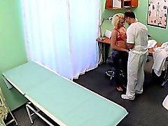 Bir tıp öğrencisi Taklit hastanesinde sikikleri