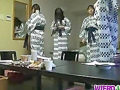 Fanciulli Giappone sfrega cazzo attraverso muro di
