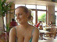 Lusty oferecimento durante público sexo