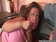 Мама трахается помощью толщиной петух