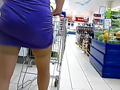 Kousen upskirt in supermarkt