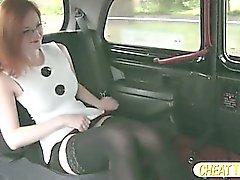 Punainen tukka Zara näyttää hänelle pussy ja saa munaa taksi vapaa Taksimatka