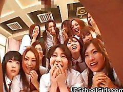 As estudantes japonesas bonitas explorando