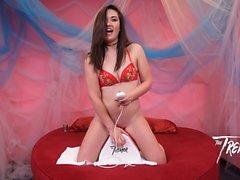 Sexy Kat Monroe ottiene la sua figa scaldata sul tremito