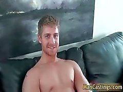 Beau visage stud gais de Logan prend rigidité