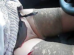 Della ragazza modificare collant e calze a a una vettura