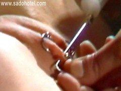 Учитель пронзительный узкие киска губы раскаленного и роговым раб и положить металлических колец сквозь них