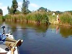 Paar wird gefickt fucking doggystyle am Flussufer