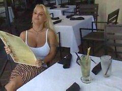 Hot busty Biondo del puma di Holly Halston--