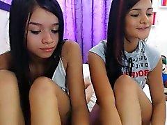 Deux jeunes filles provocantes mettent leurs merveilleuses courbes