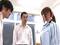 Güzel Oriental kıza iki azıcık okşayan iki erkek var