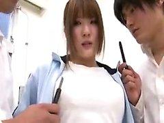 Schöne orientalische Mädchen hat zwei geile Jungs ihre bi Streicheln