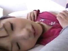 Stacked Oriental girl travaille ses lèvres sexy sur chaque pouce de