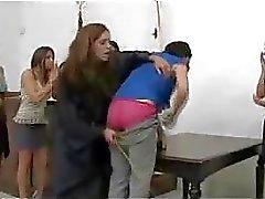 Tall kız Her Ass Jail kaçmak için mi Masası On Bayan Yargıç olarak Stick aracılığı ile Kırmızı spanked Başlarken