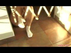emily de 18 ( en las escaleras jugando Como de Una de Bebe )