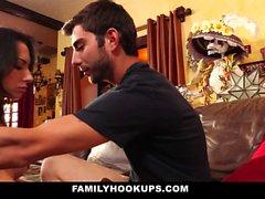 FamilyHookUps - Madrasta com Tesão Arada por Enteado