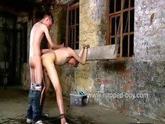 Калвин нагнулся и привязанными запускается на задницу