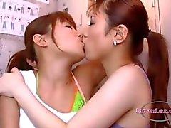 2 Aziatische meisjes zoenen hartstochtelijk zuigen tongen en tepels op de vloer in de kleedkamer Roo