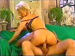 Atraente francês maduras a perfuração pulso a quente Análise
