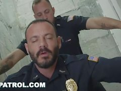GAY PATROL - Fotte la polizia bianca con un pò di cioccolata