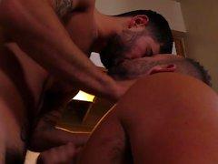Sexe anal gay chaud avec éjaculation