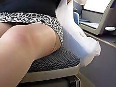 Menina piscando meias e cuecas tan crânio em ônibus
