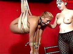 Mistress ile spanked Dildo Uyarılmış Fotograflı Vibratör ile Kölelik buttplug acayip Mouthgag çırpılmış becerdin ayında Asma Asyalı kız
