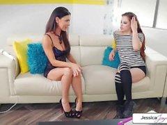 Jessica educada empurra Miss Dylan em uma cena de ação lésbica quente e quente