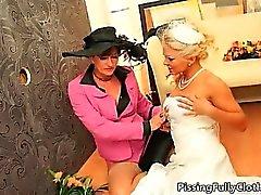 Reizvoll blonde Braut spielt verrückt