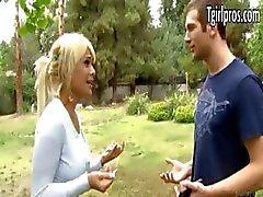 Reizvolles blondes tgirl Kimbella bittet einen Kerl