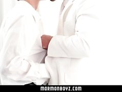 MormonBoyz - Los mormones tienen sexo Steamy en habitación secreta