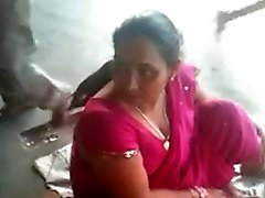 Busty indiska MILF på en järnvägsstation 2 ( o ) ( o )