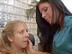 Aikuinen brunette saa nuori blondi huora nuolla hänen häpy sohvalla