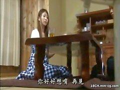 Genç sürtük Japon ev kadını hunky koca ile sevişir