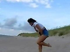 De bébé de plage Pissing l'en public et humide flash de jean