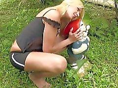 Frecher blonde Shemale aussetzt kleinen Titten und die Glied Außen