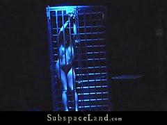 Blonde en la jaula culo una palmada y la servidumbre de semen boca