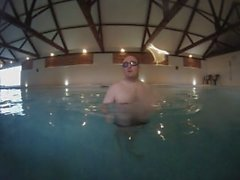 blotta handstands i bassängen