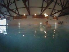 nackt Handstand im Pool