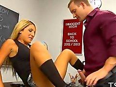 Школьница едет ее учителя петух содержания под стражей