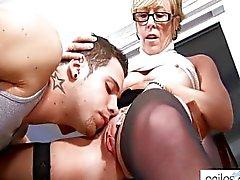 Tesão avó estudante seduz