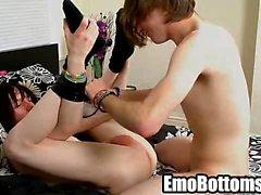 Emo- Twink Tyler Bogenschützen saugt Hahn und wird gefickt