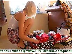 Casey upea blondi amatööri luonnon tissit näyttää pillua ja yrittää vaatteita vilkkuu pikkuhousut