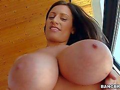 Sensual de Jane desfruta de dentro de boob jogo